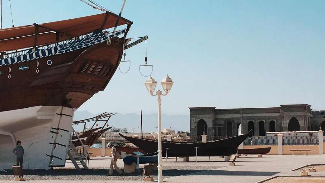 Traditionelles Dhau Holzboot in Sur im Oman