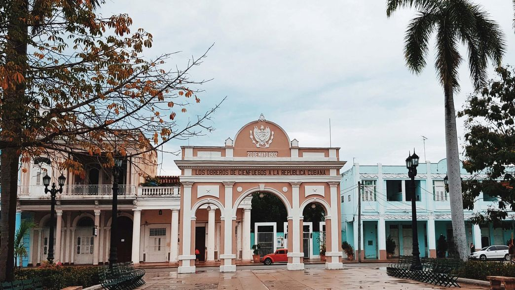 Triumphbogen in Cienfuegos auf Cuba mit ITS Coop Travel
